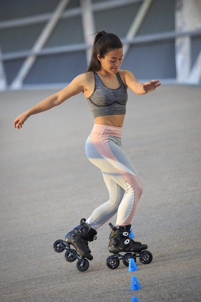 Dziewczyna jeździ freestyle slalom na rolkach HC Evo